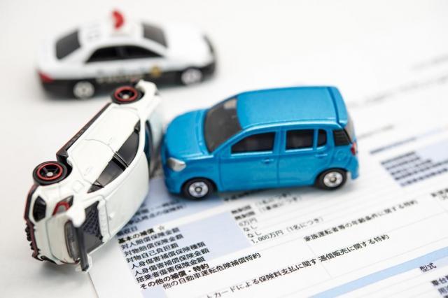 自動車の任意保険の基礎知識!自賠責保険との違いや節約方法とは
