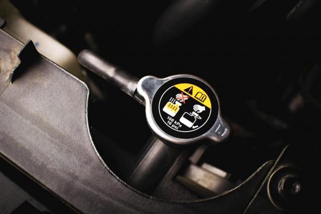 新車は購入後すぐにオイル交換が必要?エンジンオイルの役割や確認方法