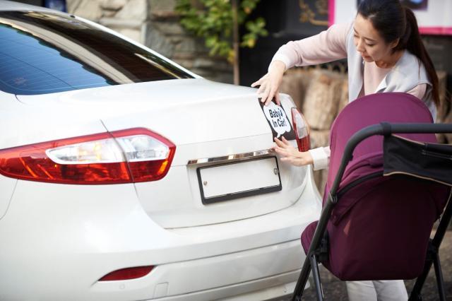 車にステッカーを貼ると下取り額は下がる?その他のチェックポイントも解説
